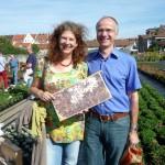 Unsere Bienenfreunde Elke Puchtler mit Mann Thomas, medienwirksam mit Wabenrähmchen – so ist's recht!
