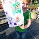 Kleiner Gast malt ein Bienenbild aus –mit Rasen drauf!