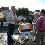Am Stand der Initiative Bienen-leben-in-Bamberg.de beantwortet Reinhold Burger die Fragen seiner Gäste
