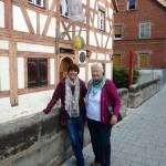 Vor dem Zeidel-Museum Feucht, Ilona und Elisabeth