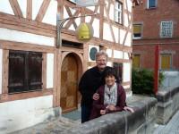 Vor dem Zeidel-Museum Feucht, Reinhold und Ilona