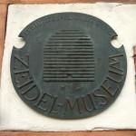 Bronzehausschild am Zeidel-Museum Feucht