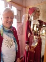 Elisabeth begutachtet Tracht im Zeidel-Museum Feucht