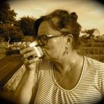 """Was bleibt uns, falls die Bienen sterben? Bienenpatin Carmen Dechant küsst """"ihr"""" Honigglas"""