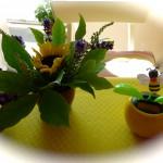 Solarbetriebene Wackelbiene mit Sonnenblumenstrauß