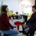 Claudia Meyer und Ilona Munique im Malort im Gespräch