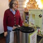 Bienenpatin Regina hilft beim Ausschank