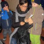 Kinder beim Fackeln anfertigen