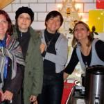 Bienenpatin Christina (2. v. l.) mit Mutter, Ilona mit Schwester und Ehrenbienenpatin Jeannette Munique