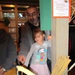 Vater mit Tochter beim Fackel herstellen
