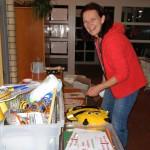 Bienenpatin Ruth hilft beim Standabbau