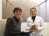 Claudia Meyer (rechts) und Ilona Munique bei der Übergabe der Bienenpatenschaft am 14.01.2015