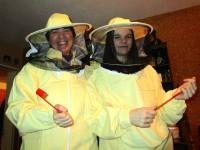 Die Bamberger Schulbiene und Svenja in neuer Imkerkleidung