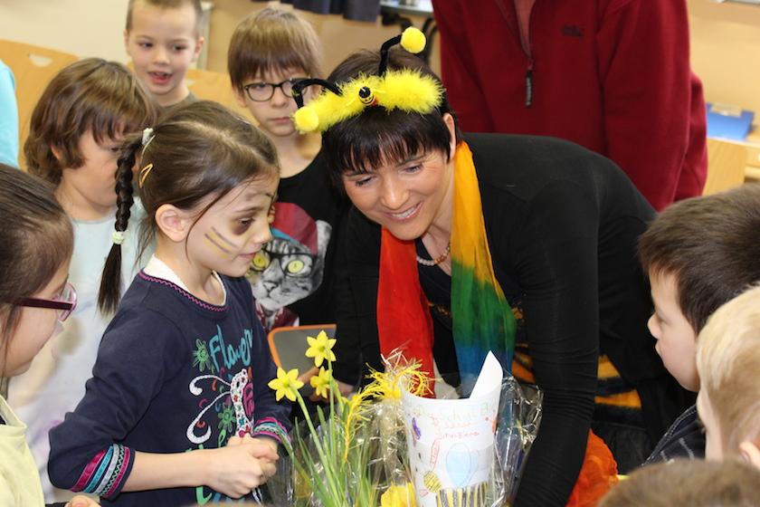 Die Schulbiene freut sich über das Abschiedsgeschenk der Wunderburg-Erstklässler