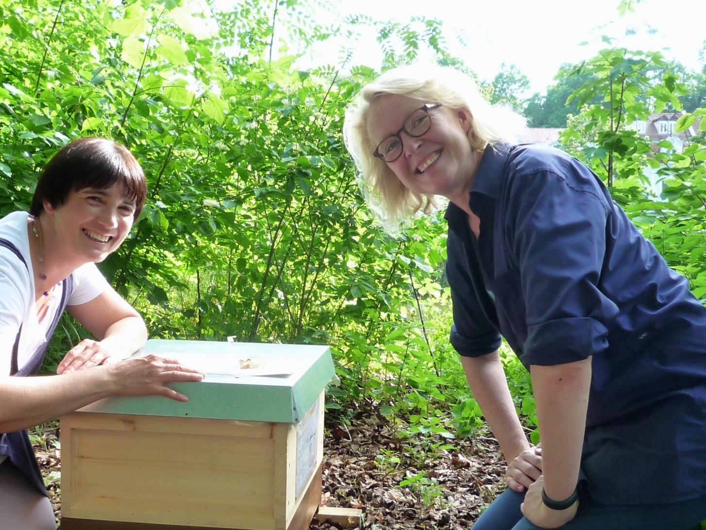 Ilona Munique und Meike Winnemuth bei den Patenbienen in Bamberg, Erba-Insel