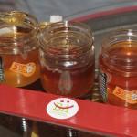 frisch gefüllte Honiggläser