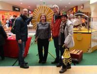Am Stand des Imkervereins Scheßlitz mit Frau Kuhnlein von der Werbegemeinschaft Market Oberfranken und Lehrer Daniel Schiller