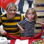 Bienenkollegin Ines Popp mit Bastelkind
