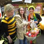 Bienenkollegin Ines mit Gewinnerin Hannah Schmitt und Schulbiene