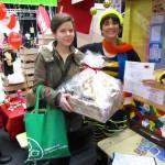 Gewinnerin Sandra Weyrauther mit Schulbiene