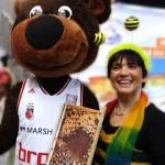 Brosebaskets-Maskottchen Bär Freaky mit Schulbiene