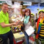 Glücksfee Sven Vogel mit Gewinnerin Ulla Rübensaal und Schulbiene