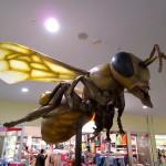 Riesige Bienenfigur in der Ausstellung
