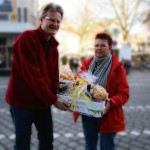 Reinhold mit Gewinnerin Hannelore Friedl