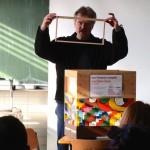 Reinhold zeigt Rähmchen