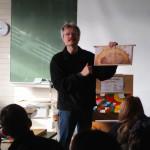 Reinhold zeigt Fotorähmchen der Lern-Patenbeute