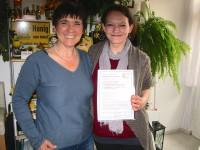 Ilona Munique übergibt Bienenpatenurkunde an Manuela Wehr