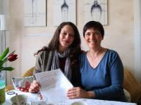 Übergabe der Bienenpaten-Urkunde an Manuela Wehr