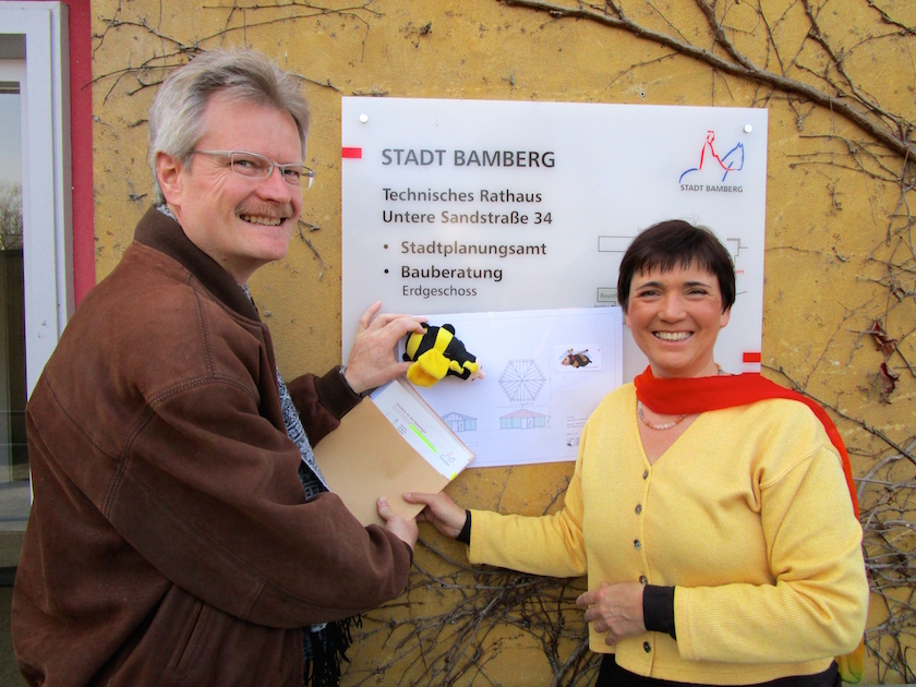 Reinhold, Schulbienen-Maskottchen und Ilona vor dem Bauamt