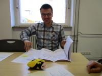 Bauberater Michael Baldauf mit Schulbienen-Maskottchen