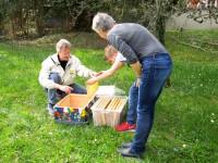 Lennart, Reinhold und Gabi bereiten die neue Beute vor