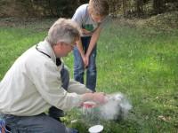 Reinhold zeigt Lennart den Umgang mit dem Smoker