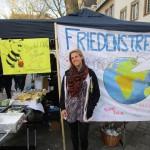 Mandy Pflanze am Friedenstreff mit Bienen-Aktion
