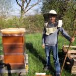 Enrico neben der Bienenbeute