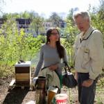 Jeannette Frank und Reinhold Burger bei den Patenbienen von Meike Winnemuth