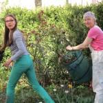 Jeannette Frank und Gabriele Loskarn beim Rosenschneiden