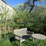 Idyllischer Sitzort bei Bienenpatin Ruth Vollmar im Garten am Schiffbauplatz