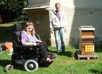 Sabine Saam und Reinhold Burger im Garten Villa Dessauer bei den Bienen
