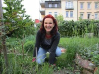 2445-Ruth-Vollmar-im-Garten