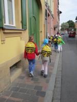 Schulkinder auf dem Weg zum Schulbienenunterricht in die Gärtnerstadt
