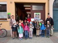 Gangolf-Grundschulklasse 1b vor Gärnterei Neubauers Tor