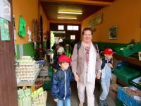 Schulkinder verlassen die Gärtnerei Neubauer