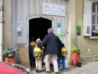 Kinder am Tor zur Hofstadtgärtnerei Dechant