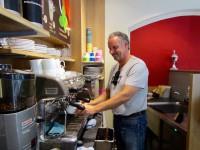 Lecker-Bäcker Thomas Loskarn, Bamberg bereitet mir einen Cappuccino zu