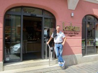 Lecker-Bäcker Thomas Loskarn, Bamberg, vor der Hauptverkaufsstelle in der Erlichstraße