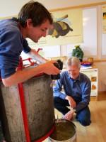 Daniel und Reinhold beobachten den ersten Honigfluss